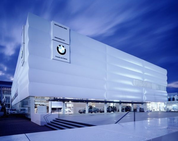 Not only the size, but also the high-quality workmanship required for the membrane cushion facade, polished-glass doors and external lifts of the BMW exhibition building at the IAA tested the limits of the NUSSLI exhibition stand construction team's abilities.