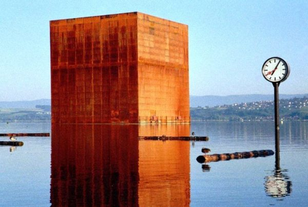 No small feat: building a metal cube weighing almost 4,000 metric tons — the Monolith — 200 meters from the shores of lake Murtensee at the Expo.02 in Switzerland.