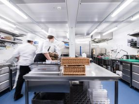 Professional canteen kitchen with various stations for optimal workflows and kitchen hygiene.