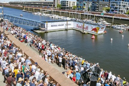 For this year's Red Bull Flugtag in Bremen, NUSSLI constructed a 20m-long, movable access ramp and floating platform.