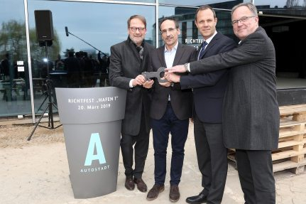 "Bernd Helmstadt hands over the ""key"" to the owner of the Autostadt and wishes them many successful events."