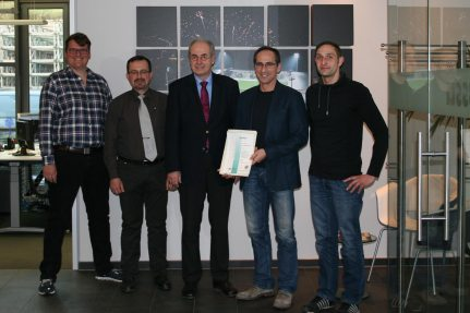 Dr. Thomas Bauer presented the certificate to Bernd Helmstadt and his team.